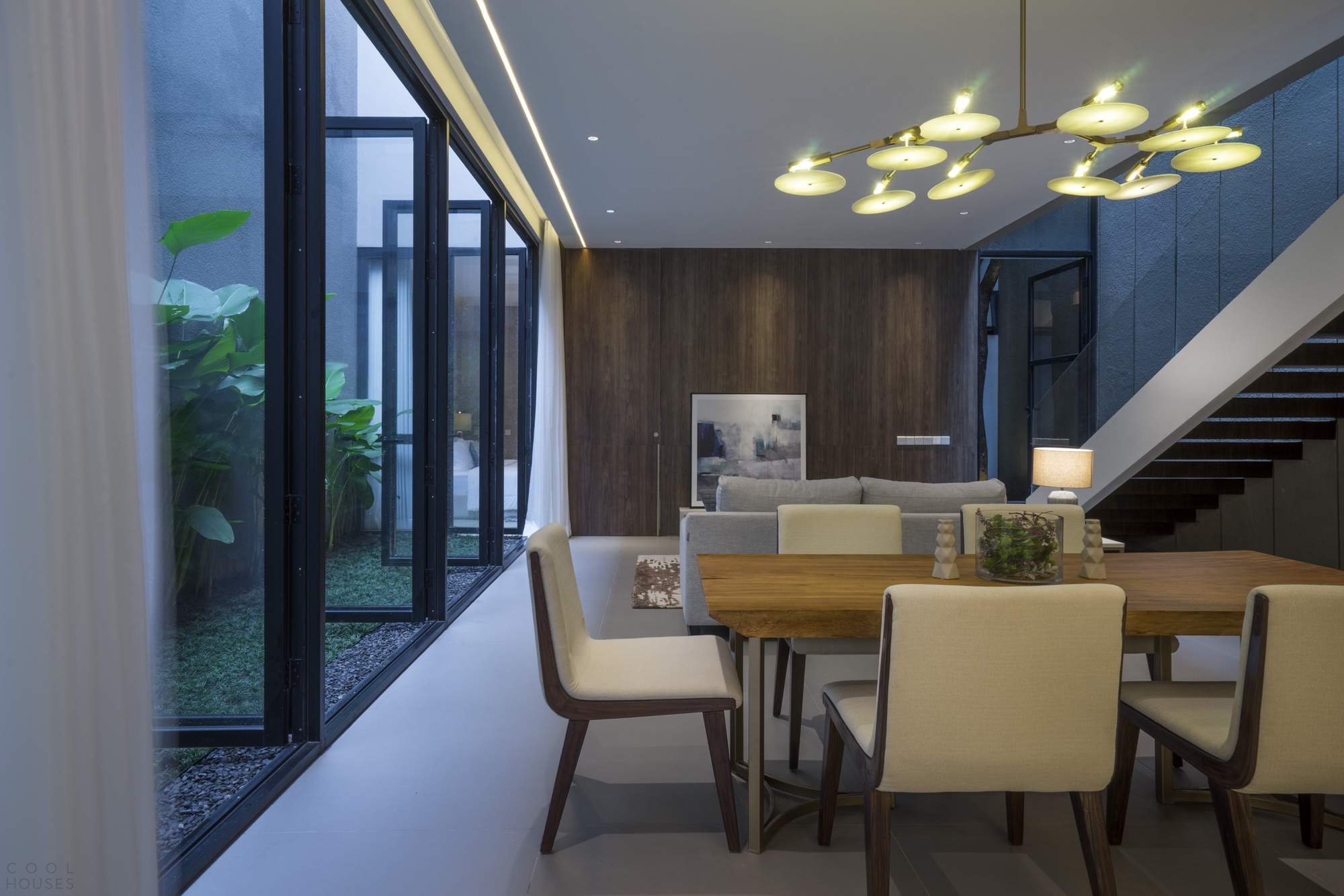 Семейный дом со скромным экстерьером и роскошным интерьером, Индонезия