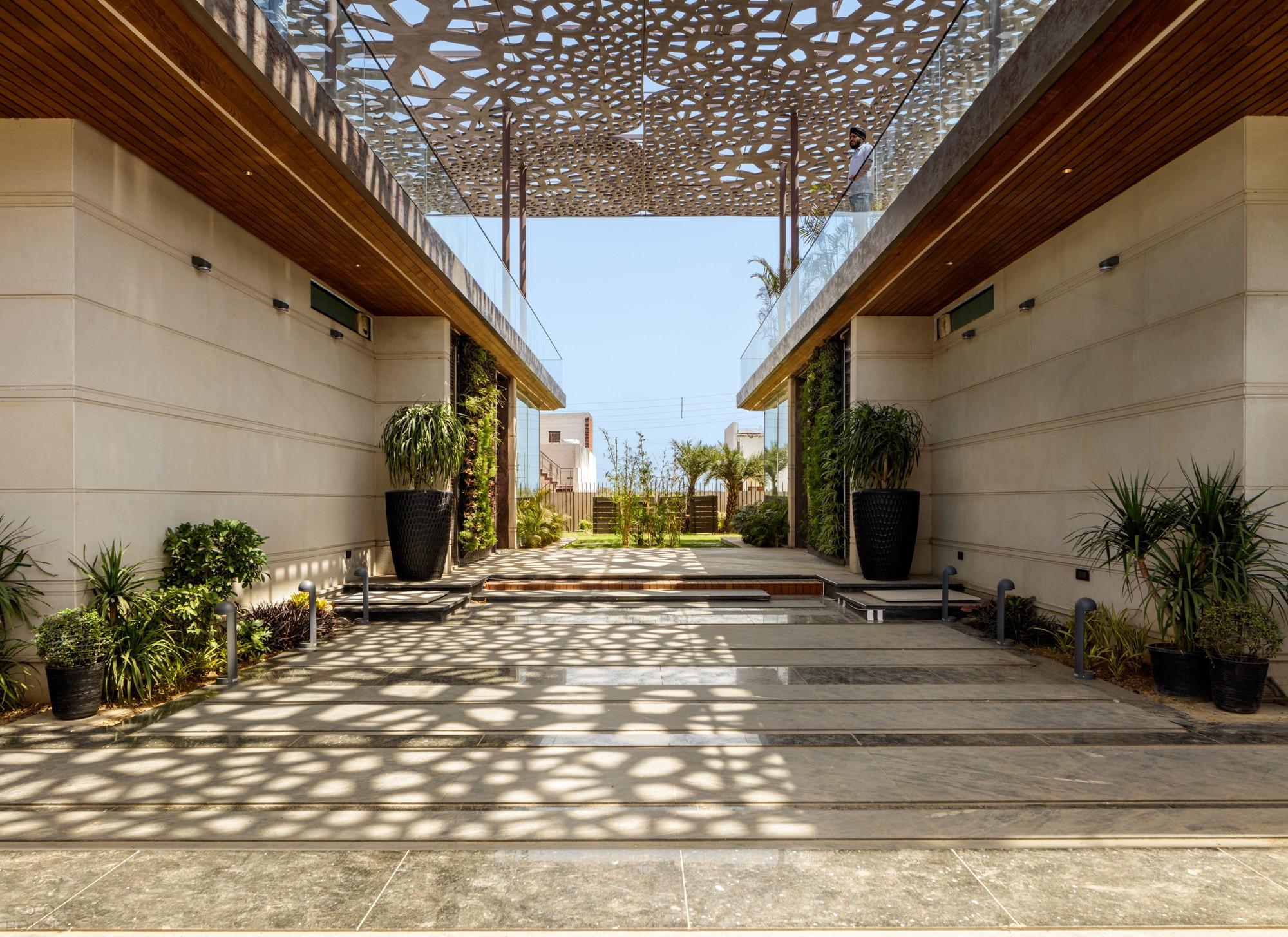 Двухсемейная резиденция с оригинальной конструкцией двойной крыши