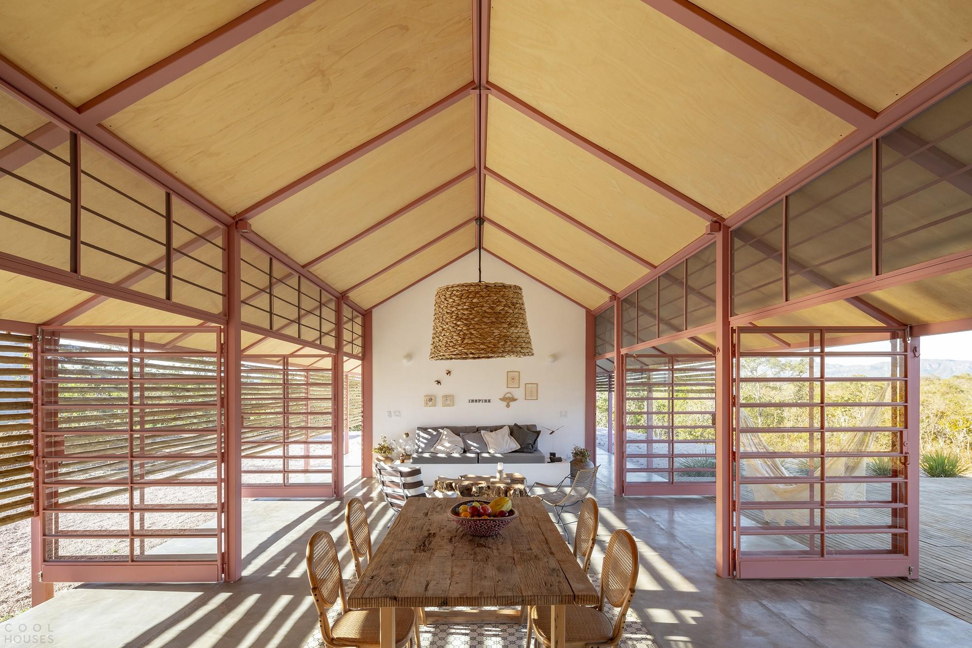Дом с защитной оболочкой, тесно связанный с ландшафтом
