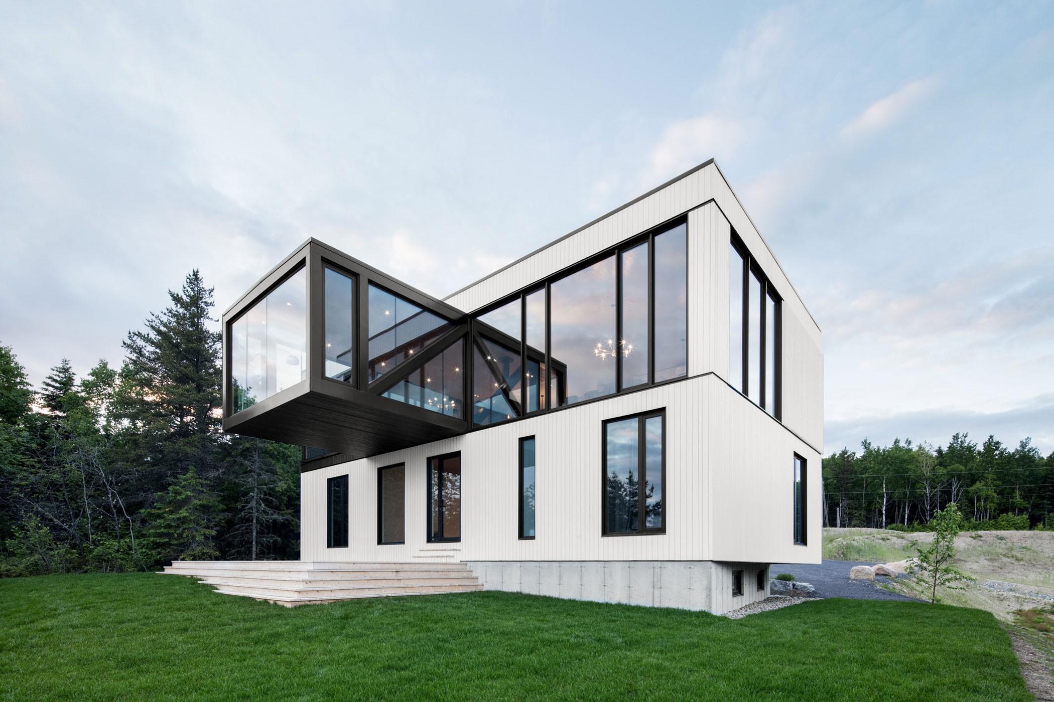 Белый дом с интерьером в стиле шале