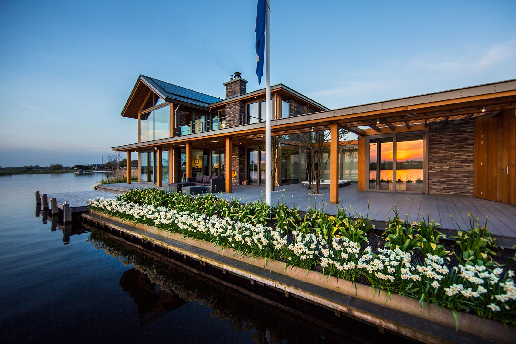 Дом на озере для отдыха всей семьи