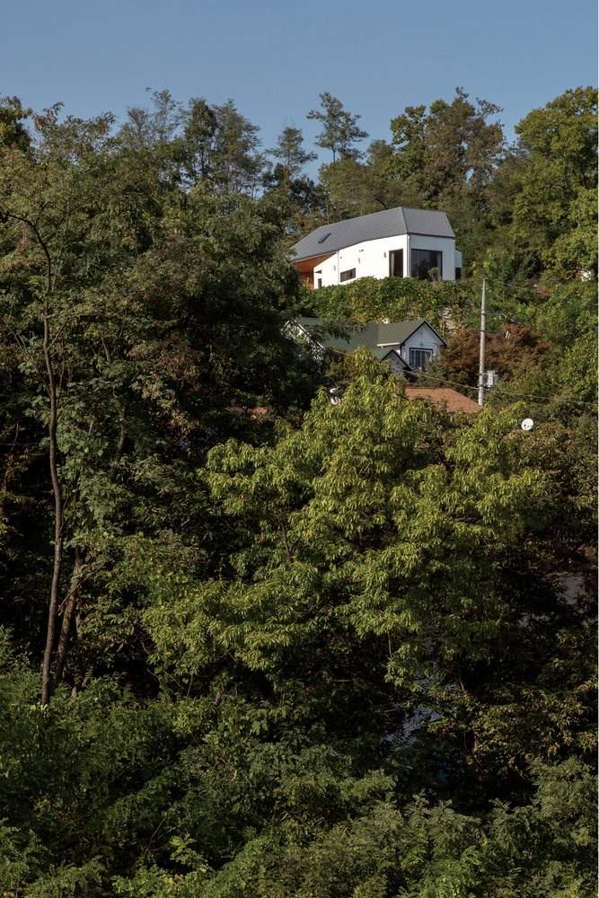 Сельский дом у камня в Южной Корее