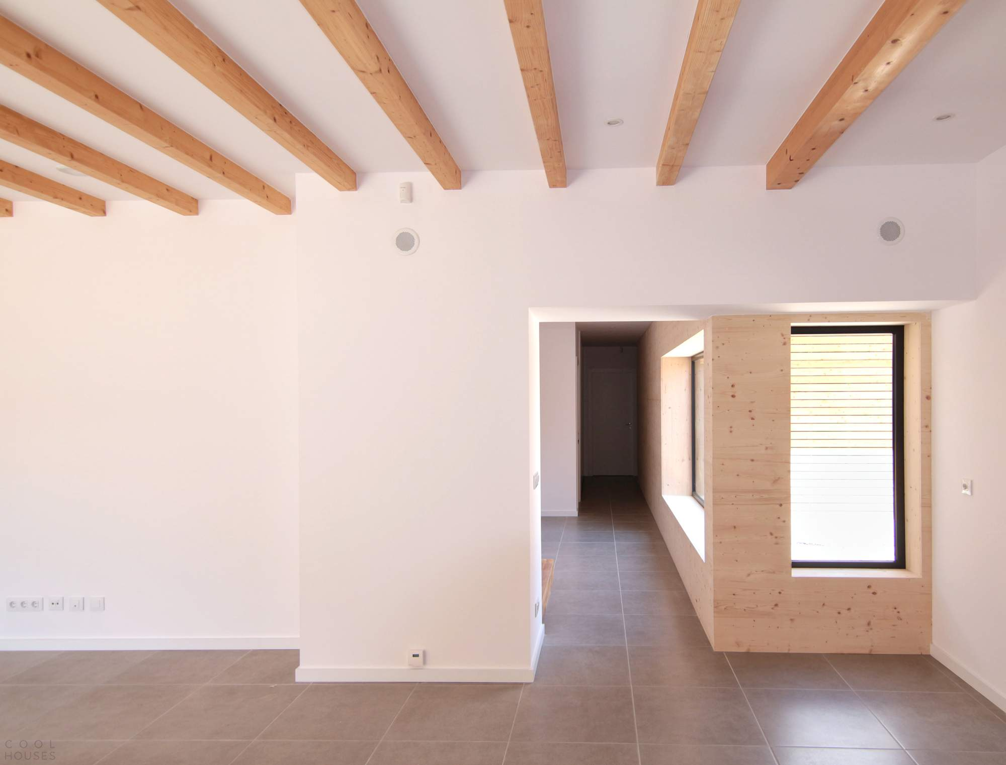 Современный жилой дом с респектабельным стильным дизайном в Испании