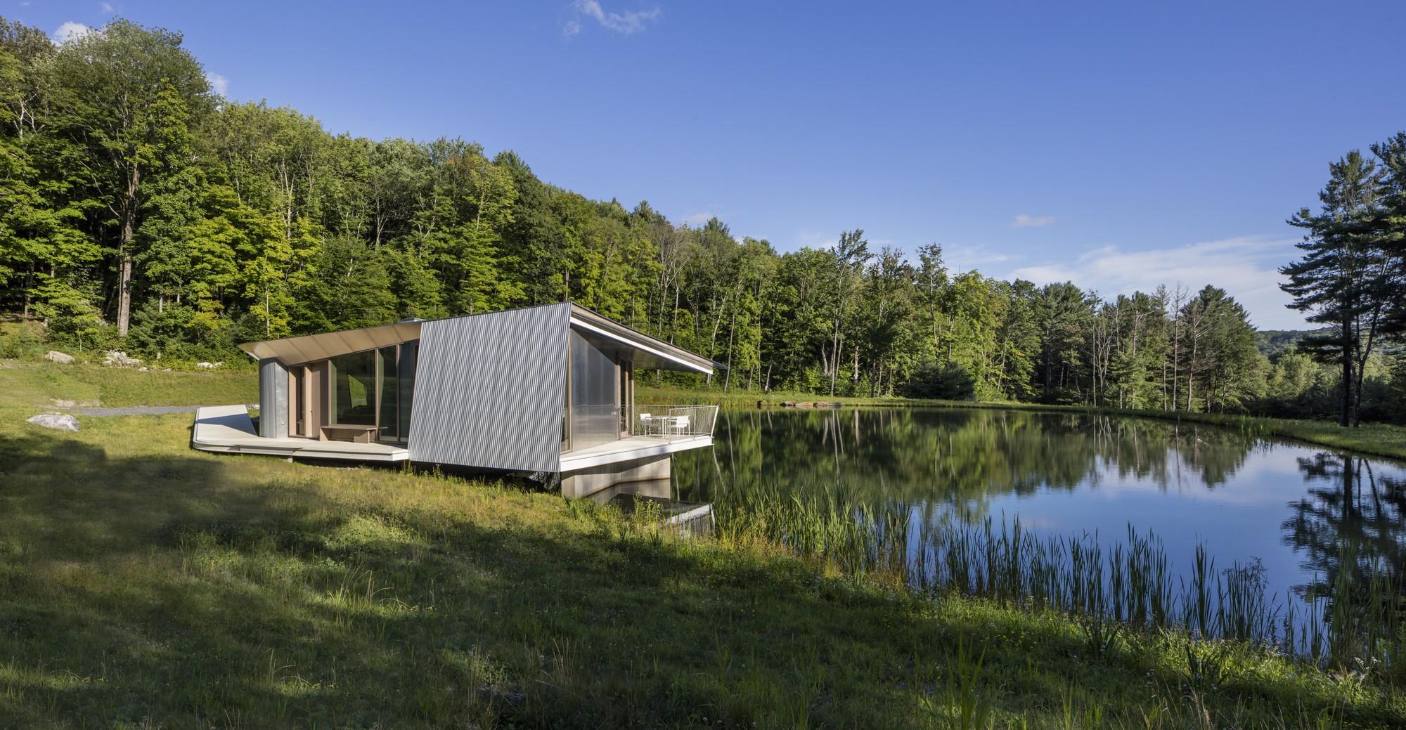 Загородный дом для отдыха на берегу пруда