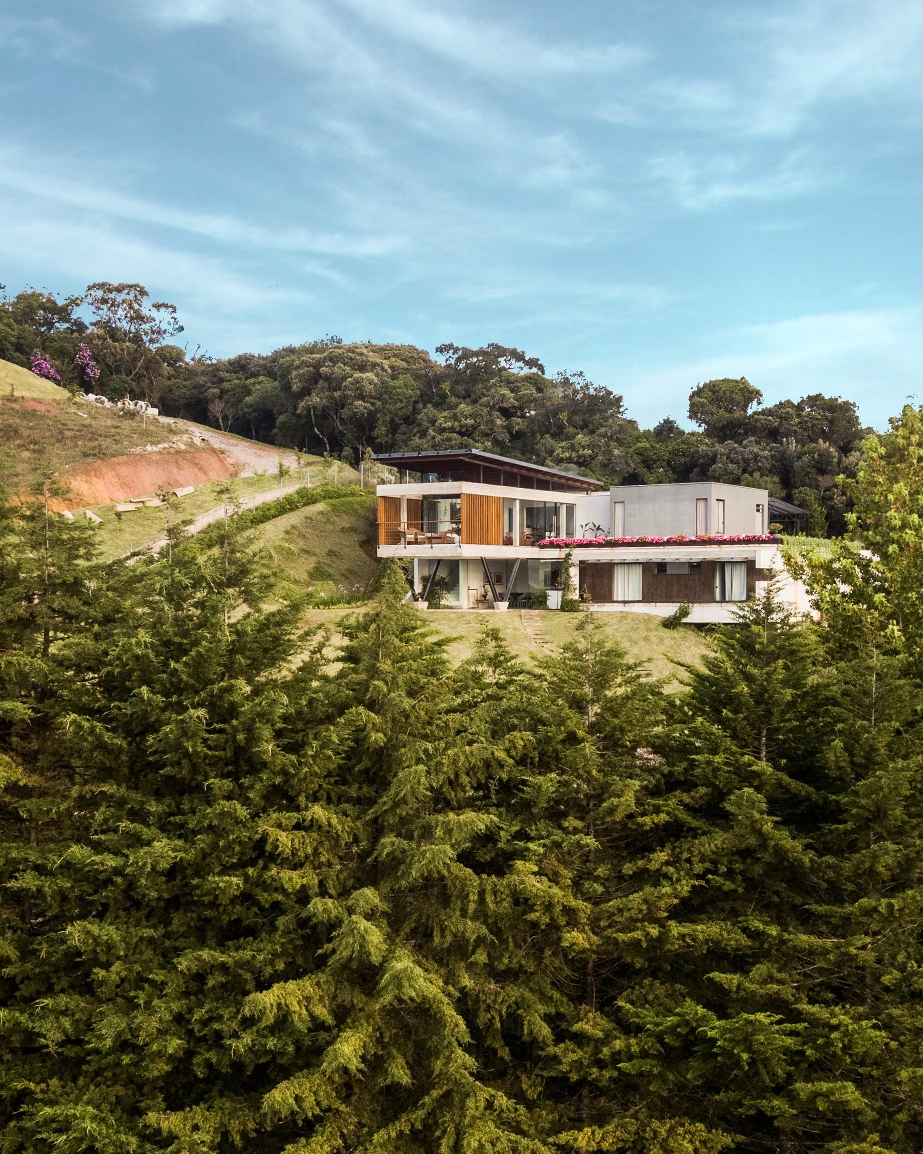 Дом для нескольких поколений на крутом участке горного хребта