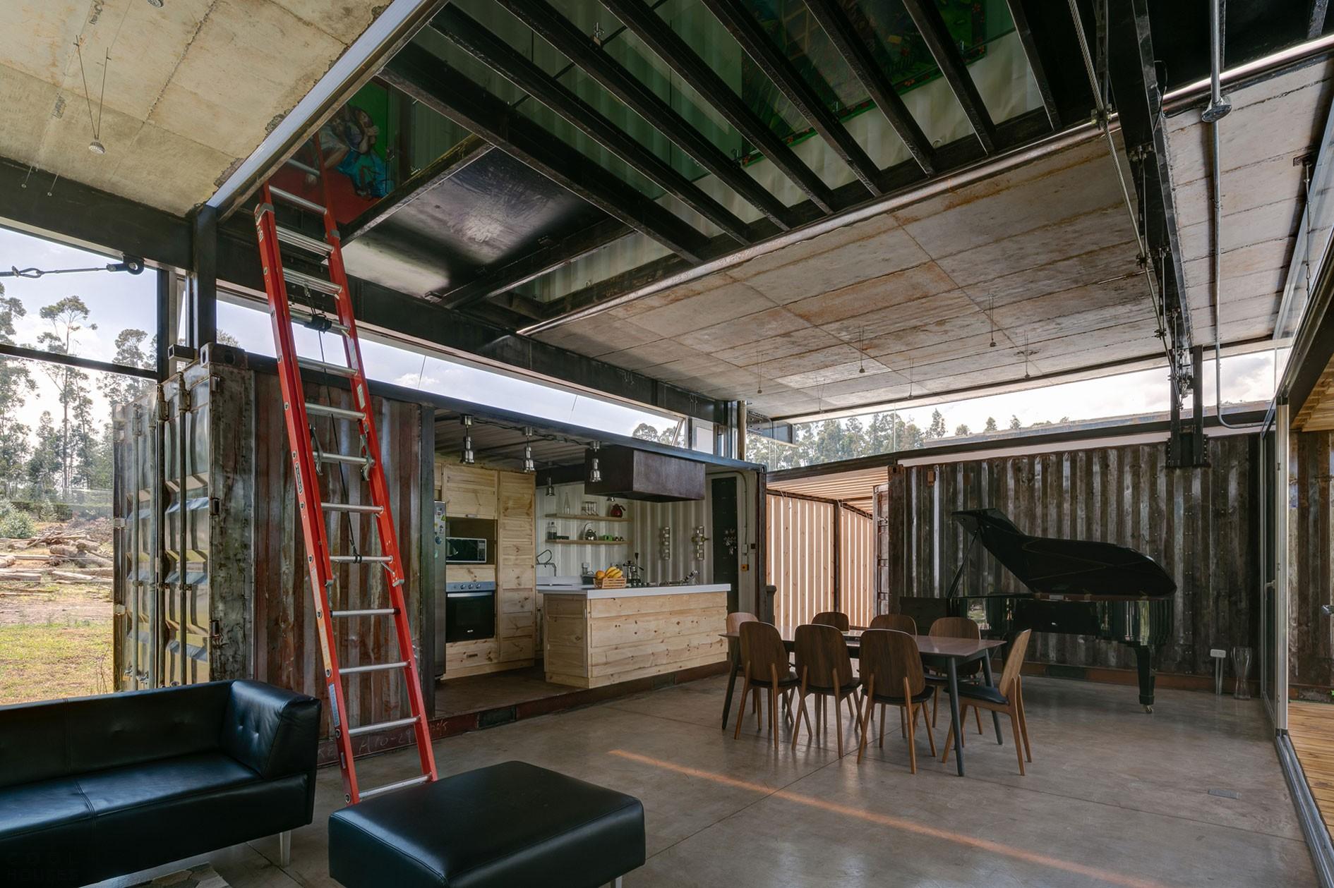 Частный дом для загородного отдыха из старых контейнеров в Эквадоре
