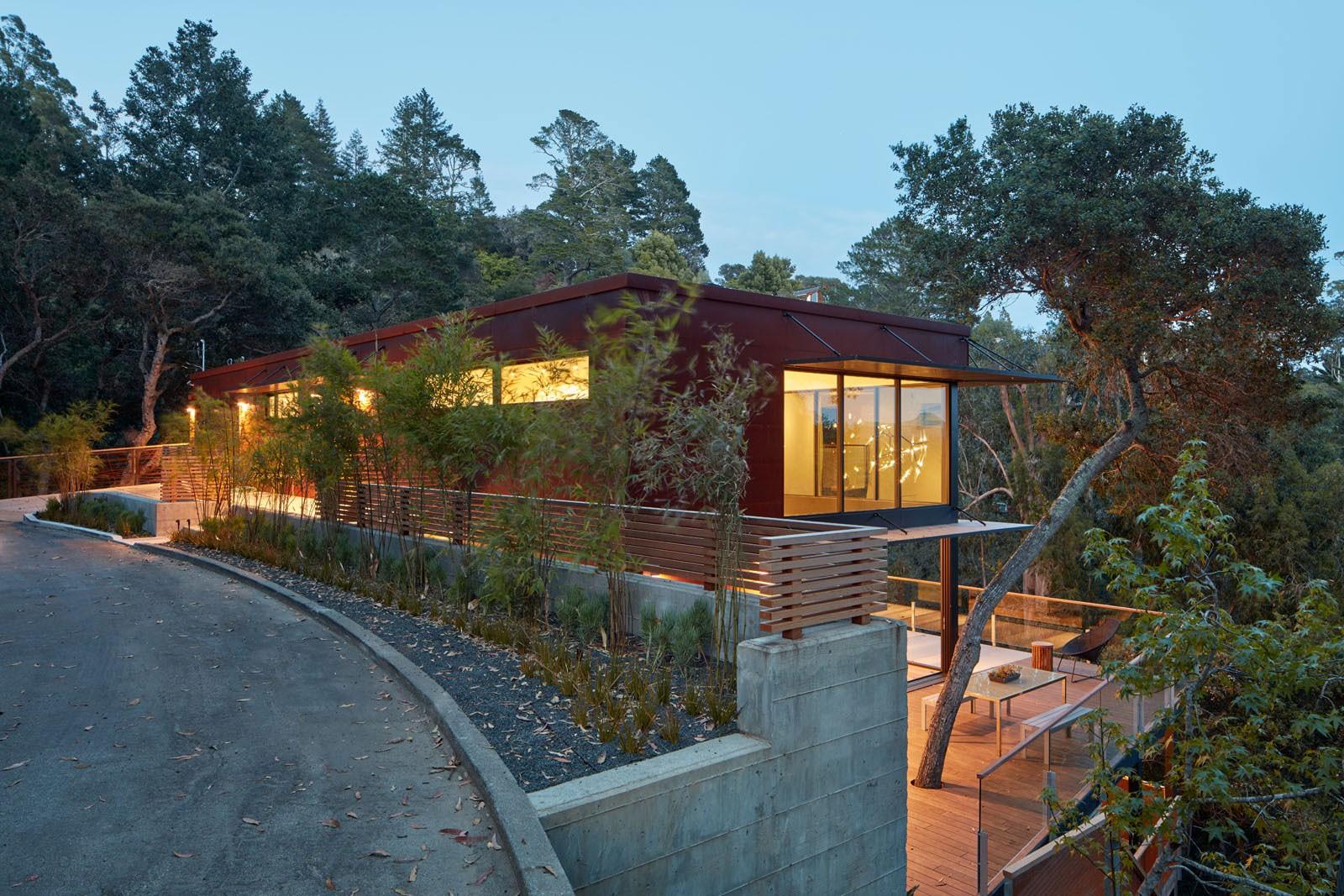 Дом на склоне в Милл-Валли, США