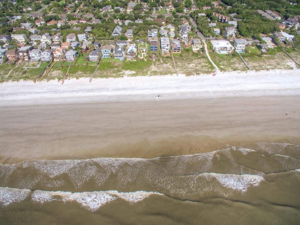 Пляжный дом-пирамида на берегу океана в Атлантик-Бич, США