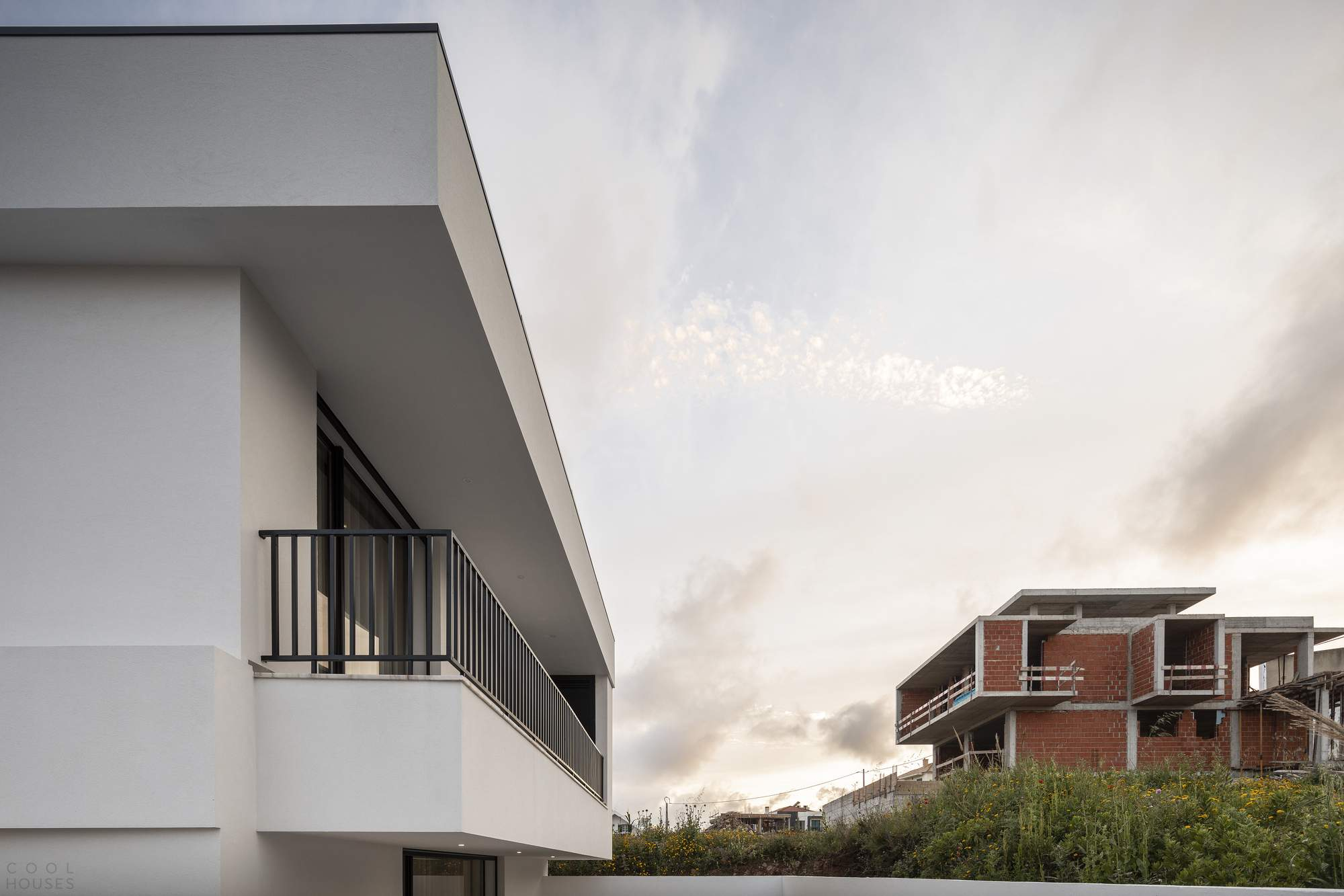 Белоснежный особняк с минималистическим дизайном, Португалия