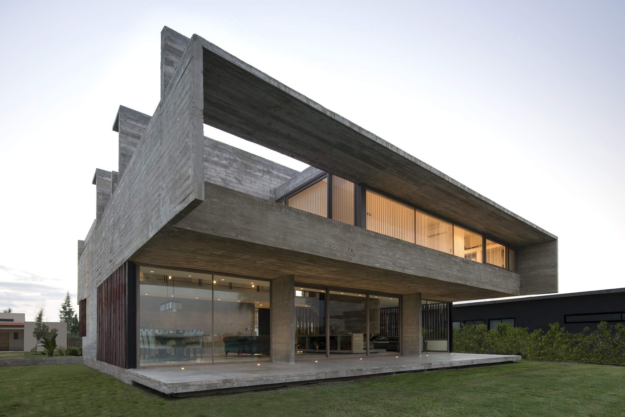 Бетонный дом с видом на лагуну, Аргентина