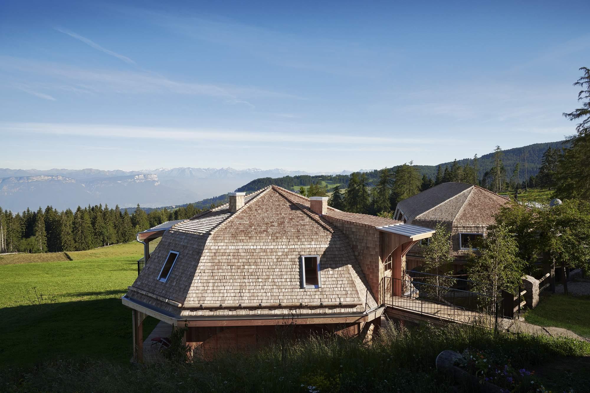 «Дома на пастбище» - яркие скульптурные объекты отеля Zirmerhof, Италия