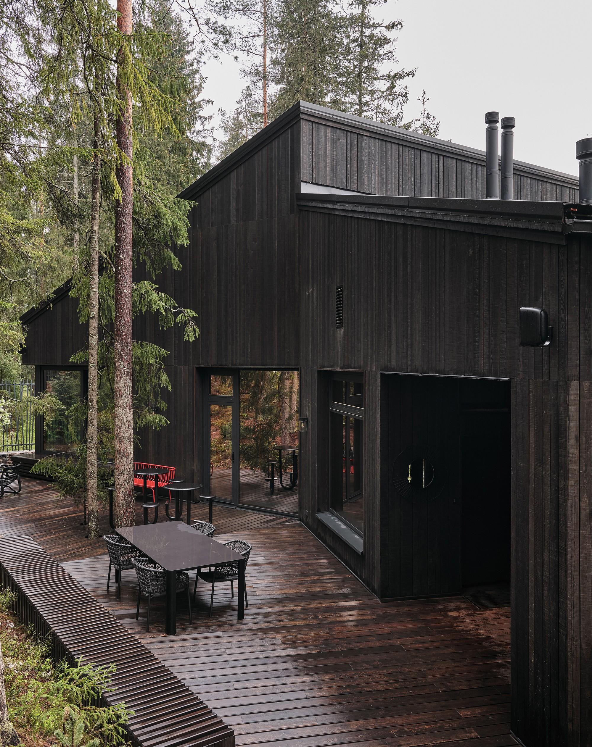 «Дом на холме» с элементами русского деревенского стиля