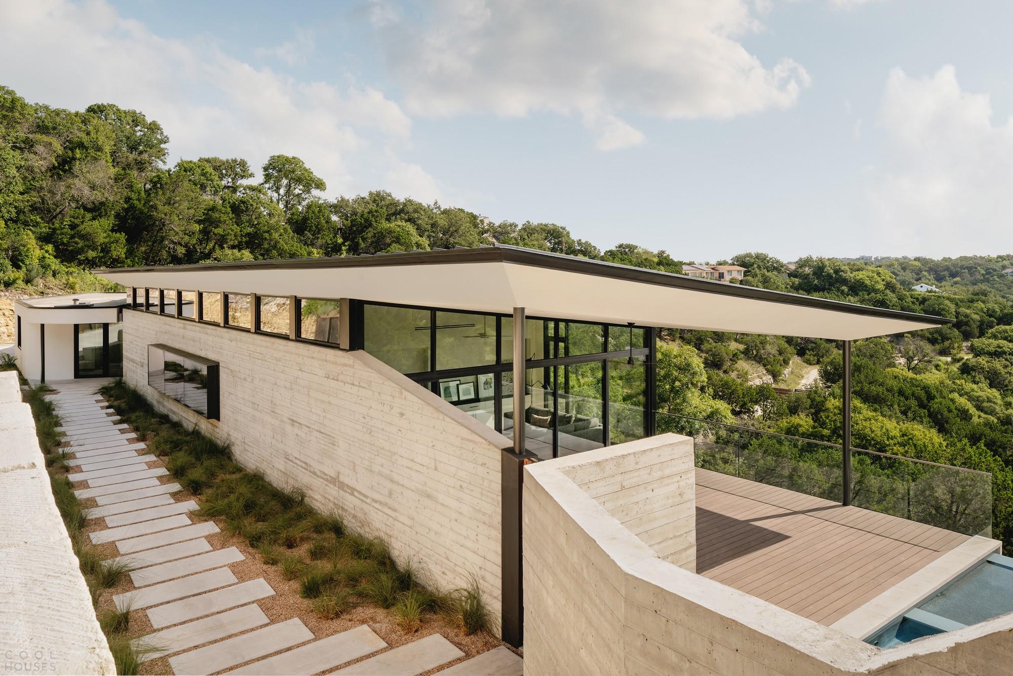 Резиденция в форме бумеранга на экстремально крутом склоне