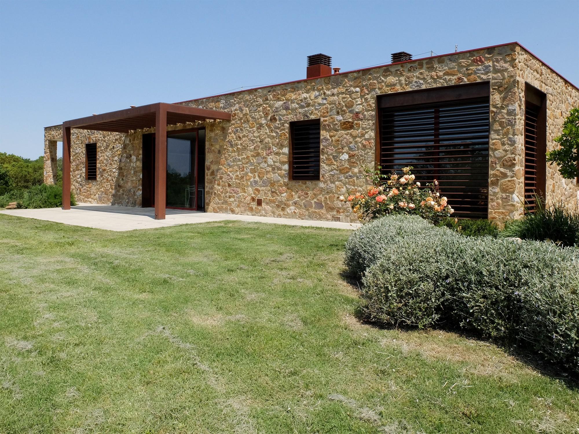 Современная средиземноморская вилла с полуподземным двором