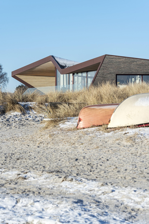 Прибрежная скульптурная вилла с волнистой крышей