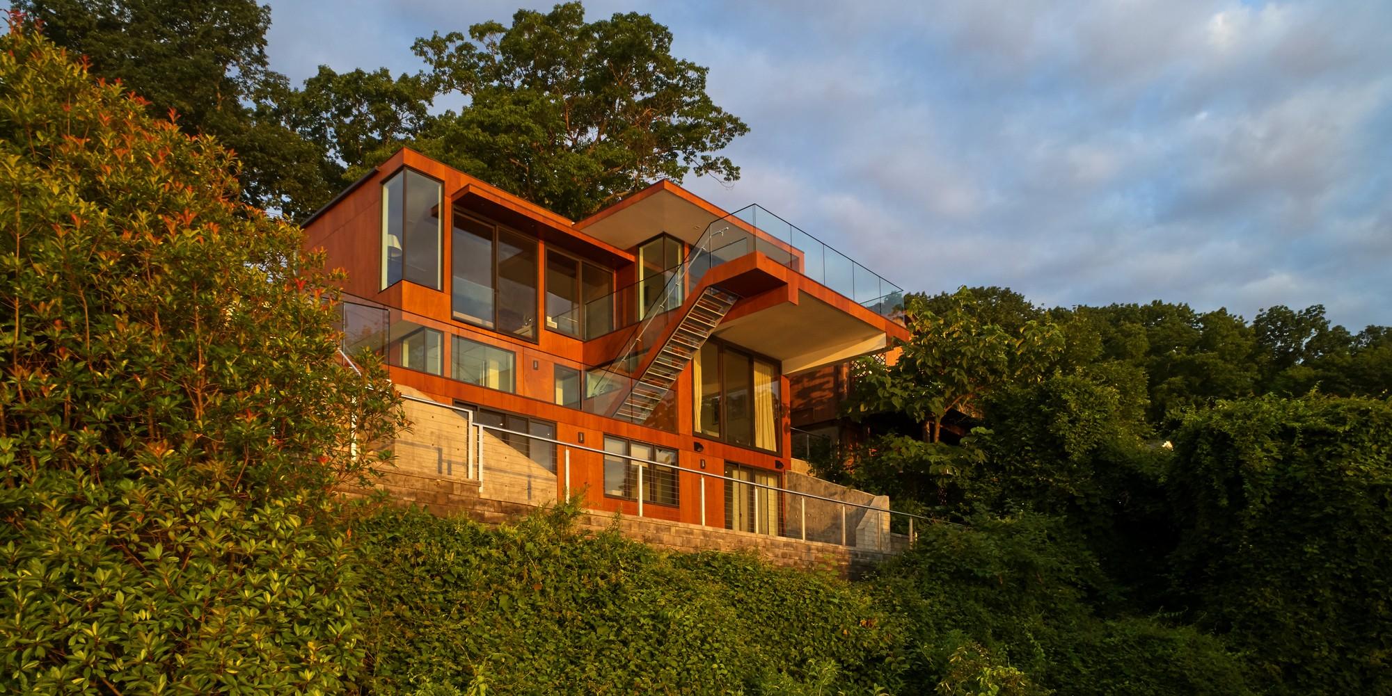 Современный стильный дом на сложном крутом склоне