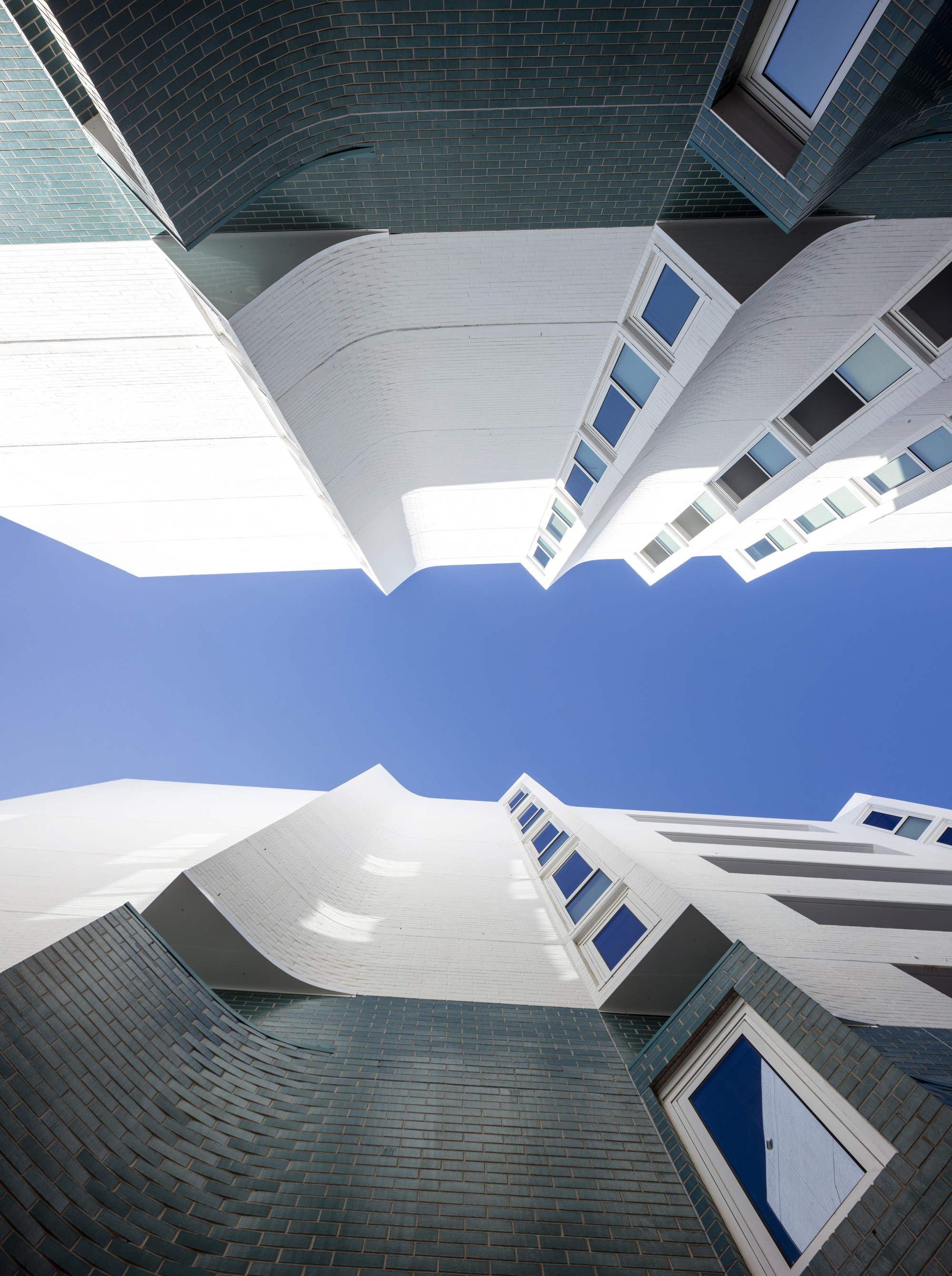 Современный жилой комплекс на набережной в развивающемся районе города