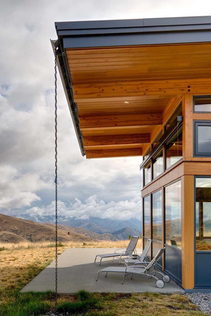 Современный двухэтажный дом на вершине холма