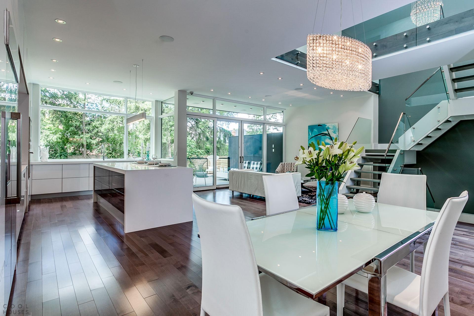 Двухэтажный дом со стильным светлым интерьером, Канада