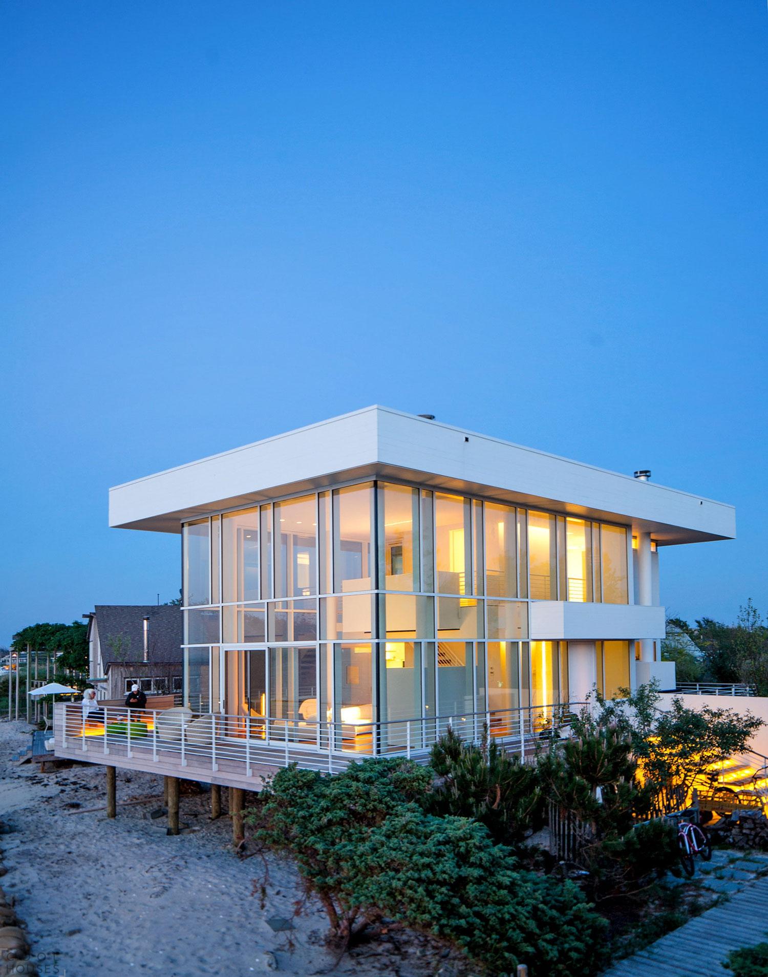 Прекрасный двухэтажный загородный дом на острове