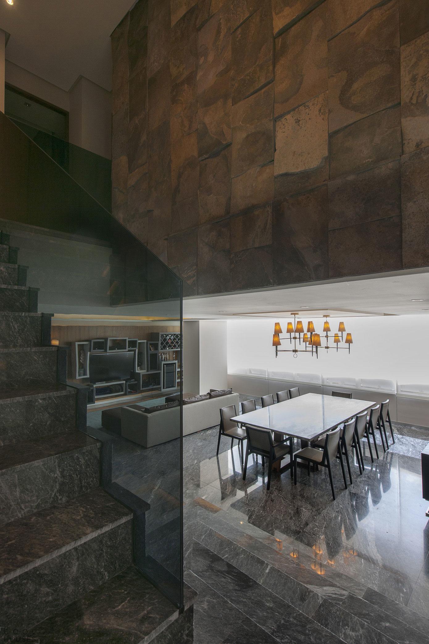 Двухэтажная квартира в серо-шоколадной палитре в Мехико, Мексика