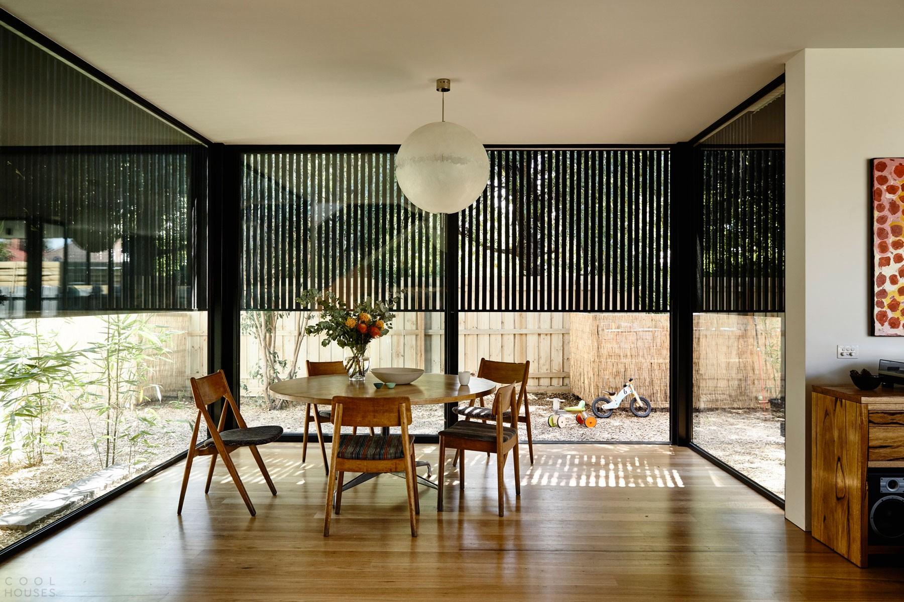 Частный дом с черным фасадом в Австралии