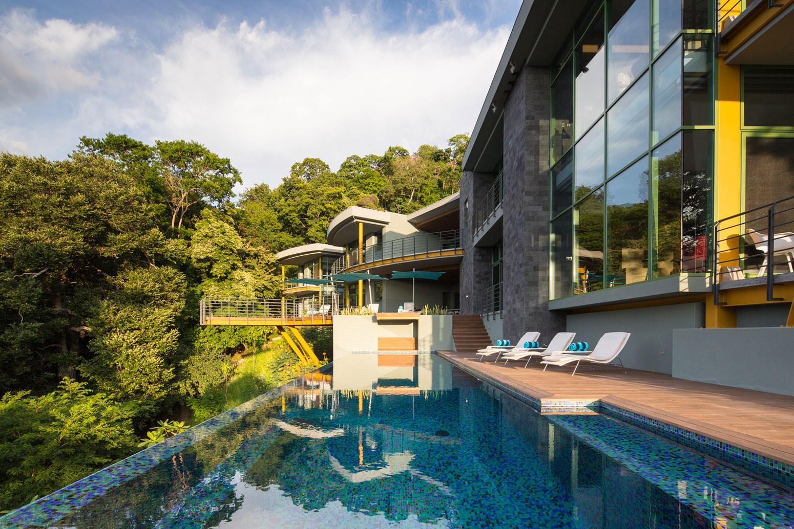 Эко-дом с зеленой торфяной крышей в Коста-Рике