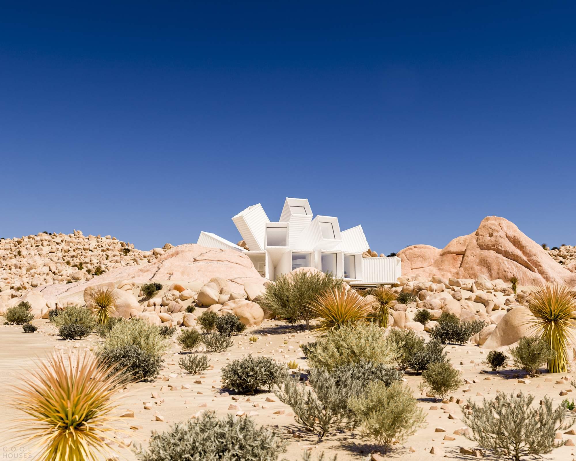 Дом-звезда из грузовых контейнеров в калифорнийской пустыне, США