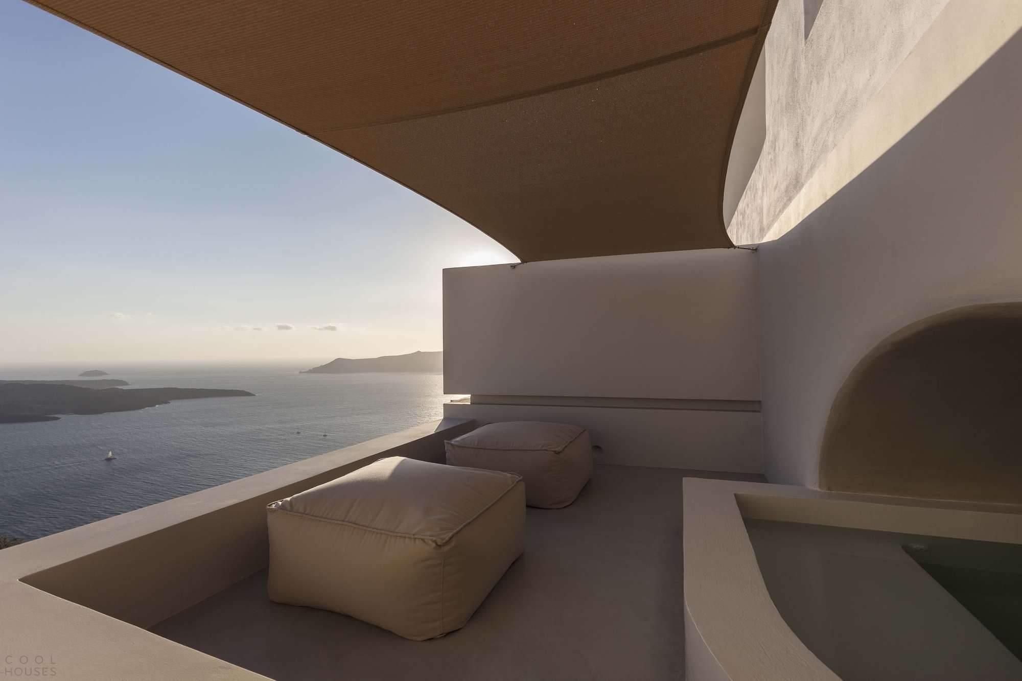 Пещерные дома для отдыха на берегу моря в Греции