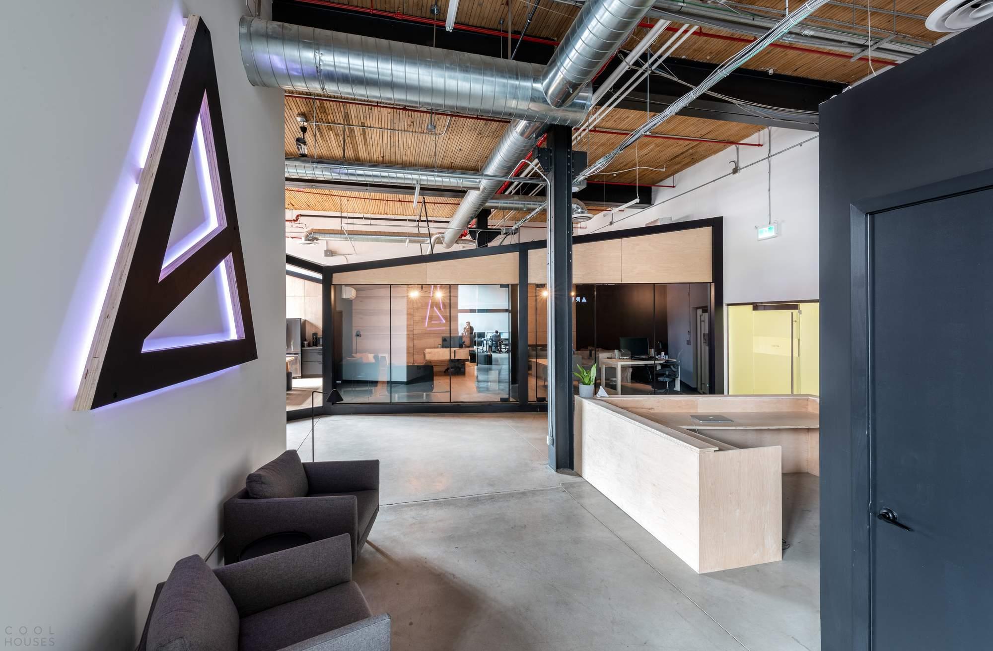 Новый офис Artjail в индустриальном стиле, Канада
