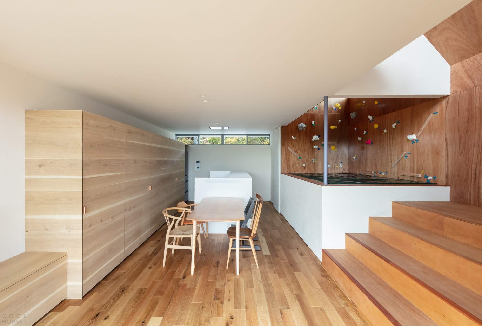 Семейный дом со стеной для скалолазания, Япония