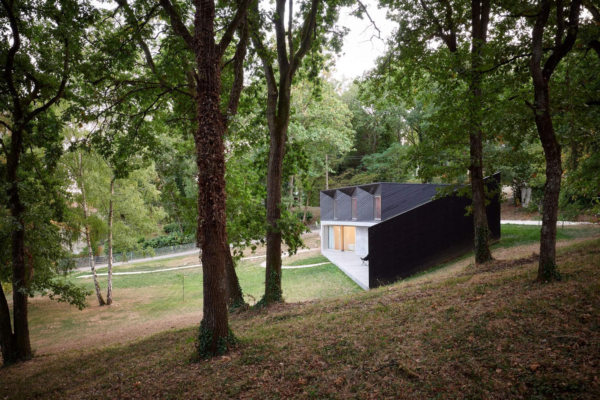 Дом выходного дня на лесном склоне, Франция