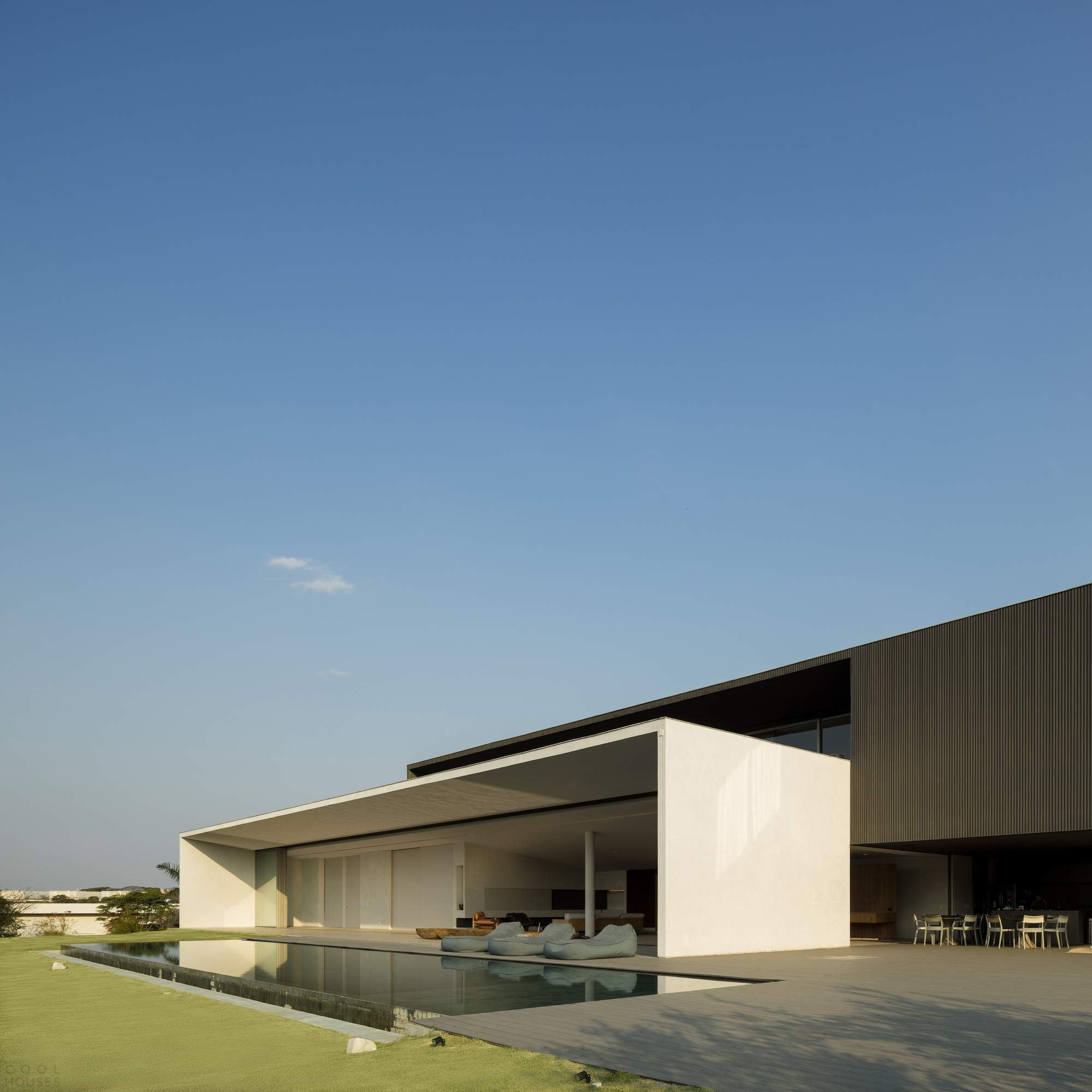 Минималистская резиденция с зеленой крышей, Бразилия