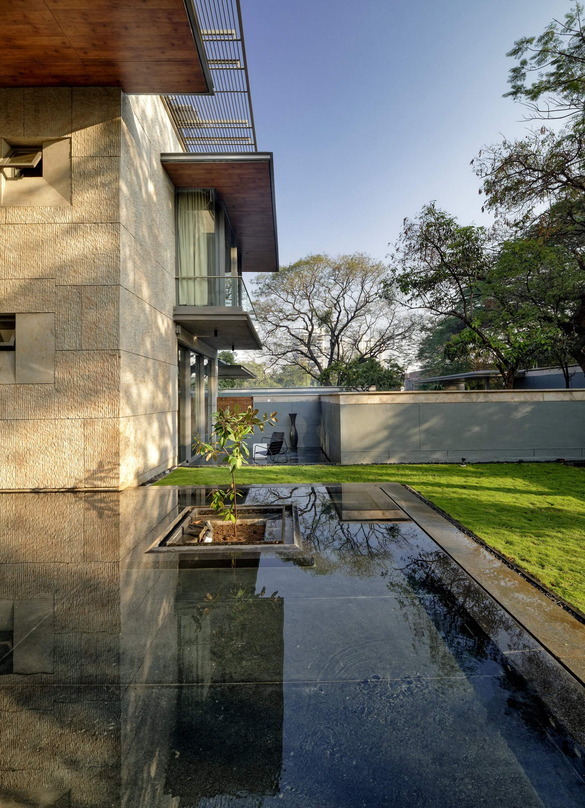 Семейная резиденция с живописной водной композицией, Индия
