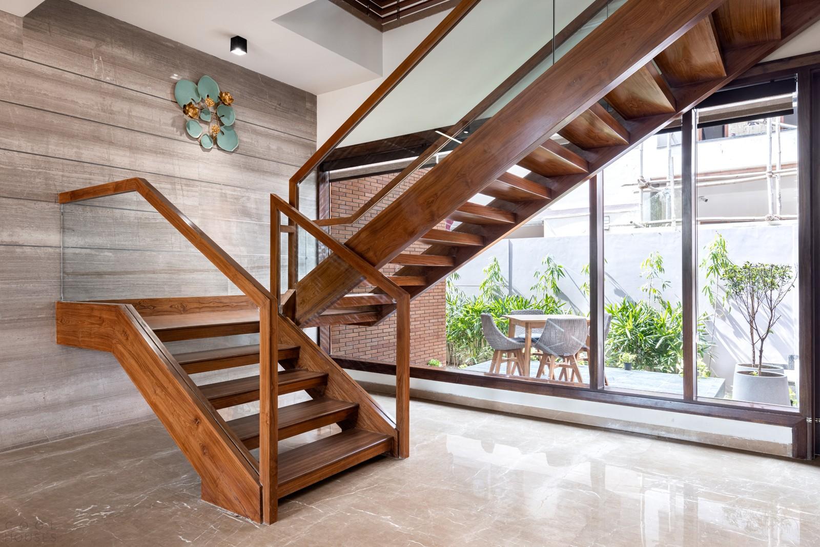 Двухэтажная резиденция с акцентом на естественный свет и вентиляцию