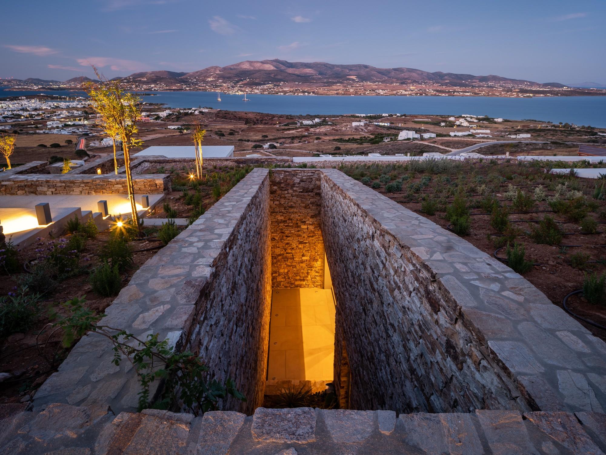 Подземная островная вилла, интегрированная в скалистый ландшафт