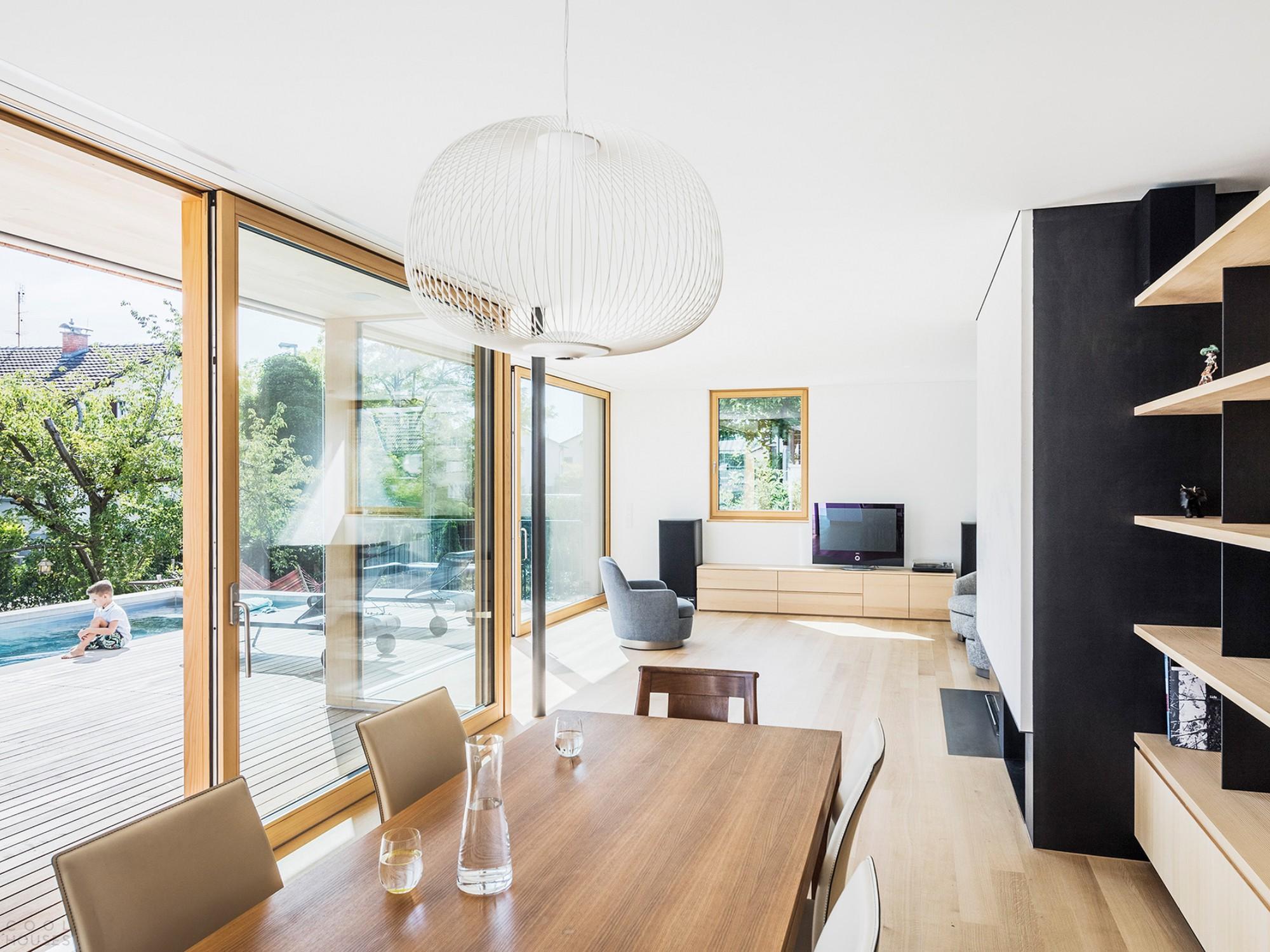 Двухэтажный деревянный дом с гармоничным дизайном