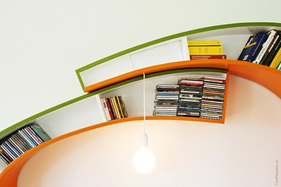 Оригинальный книжный шкаф