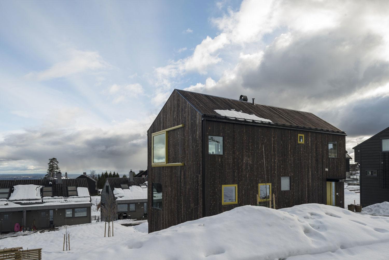 Строгий деревянный дом с видом на Осло