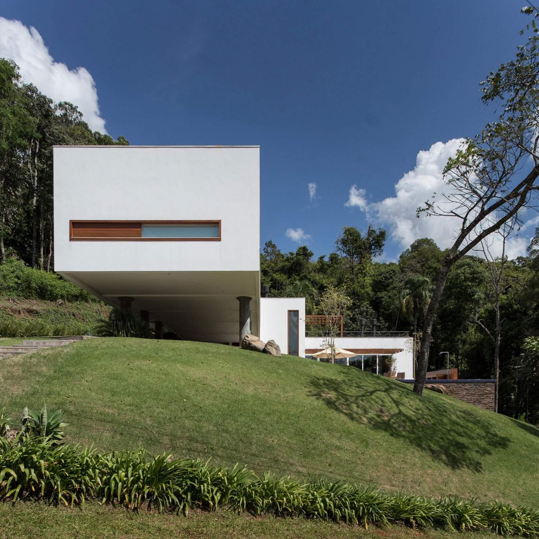 Дом на крутом склоне в Бразилии