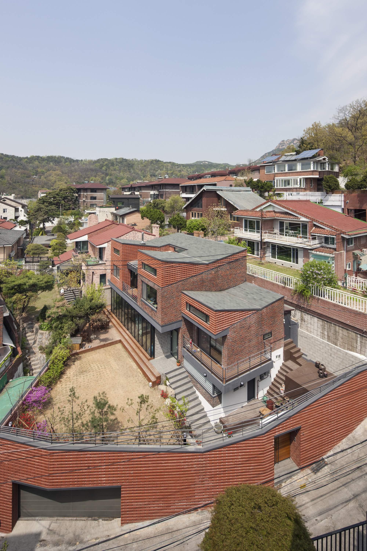 Семейный дом с богатой библиотекой в Южной Корее