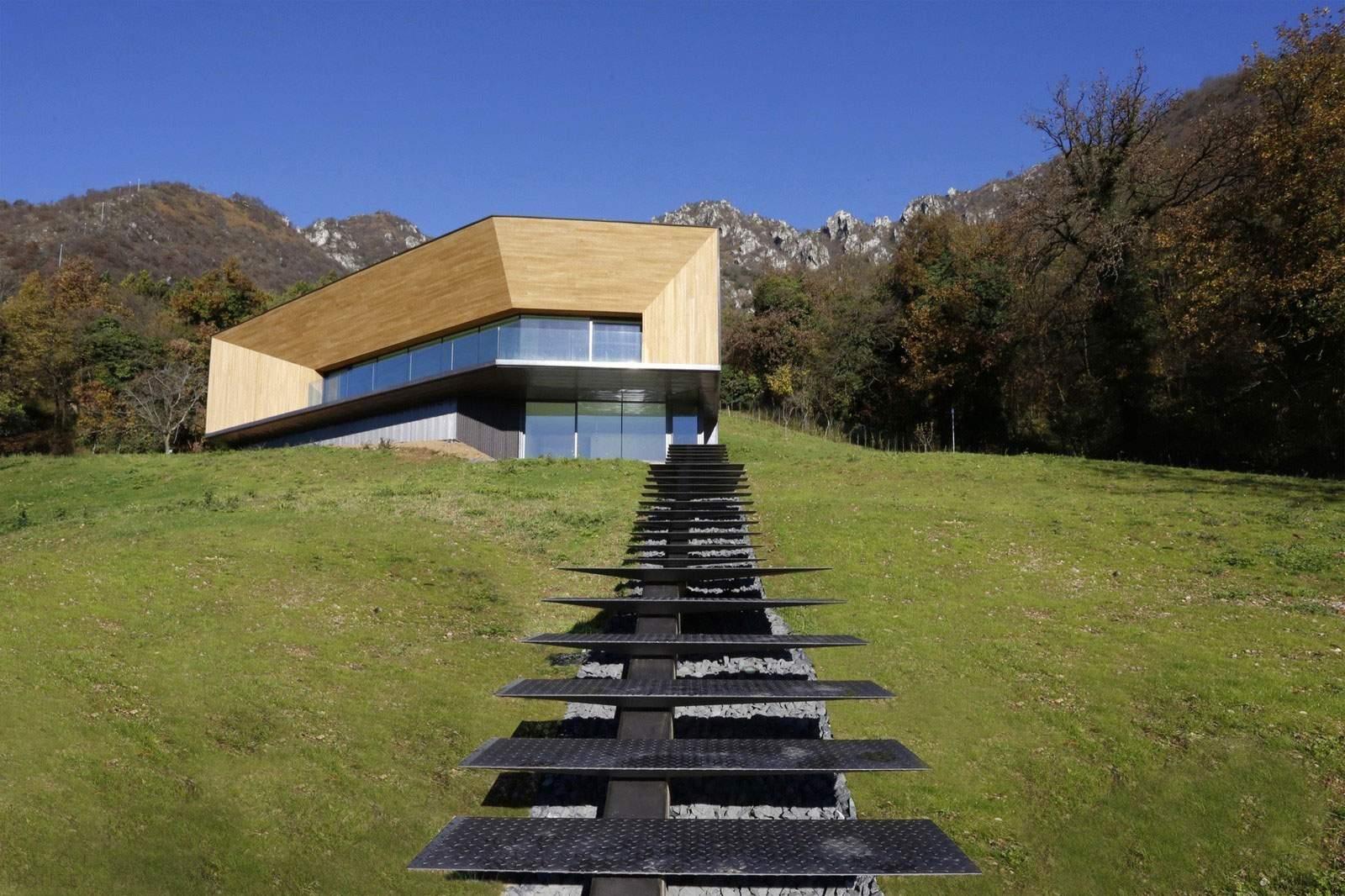 Современная резиденция на альпийских холмах в Италии
