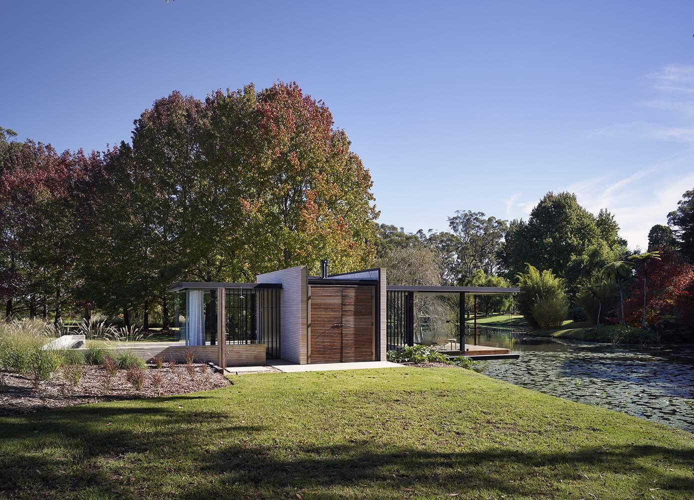 Стеклянный домик у пруда
