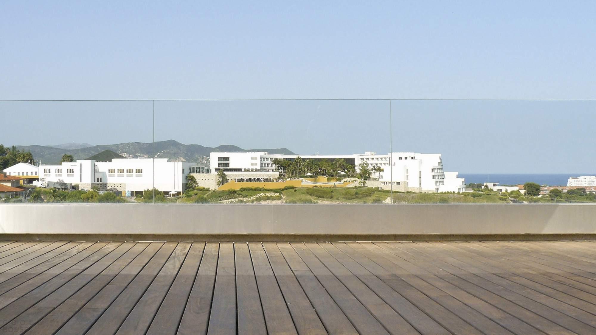 Дом на участке со сложным рельефом в Испании