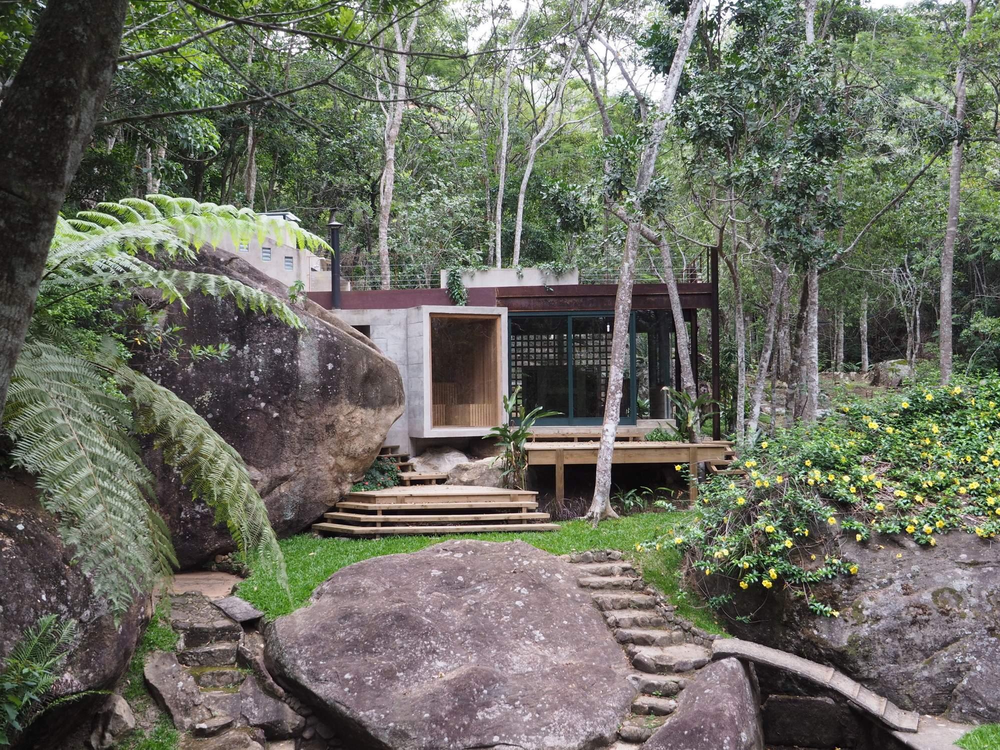 Стильный павильон у природного бассейна в Бразилии
