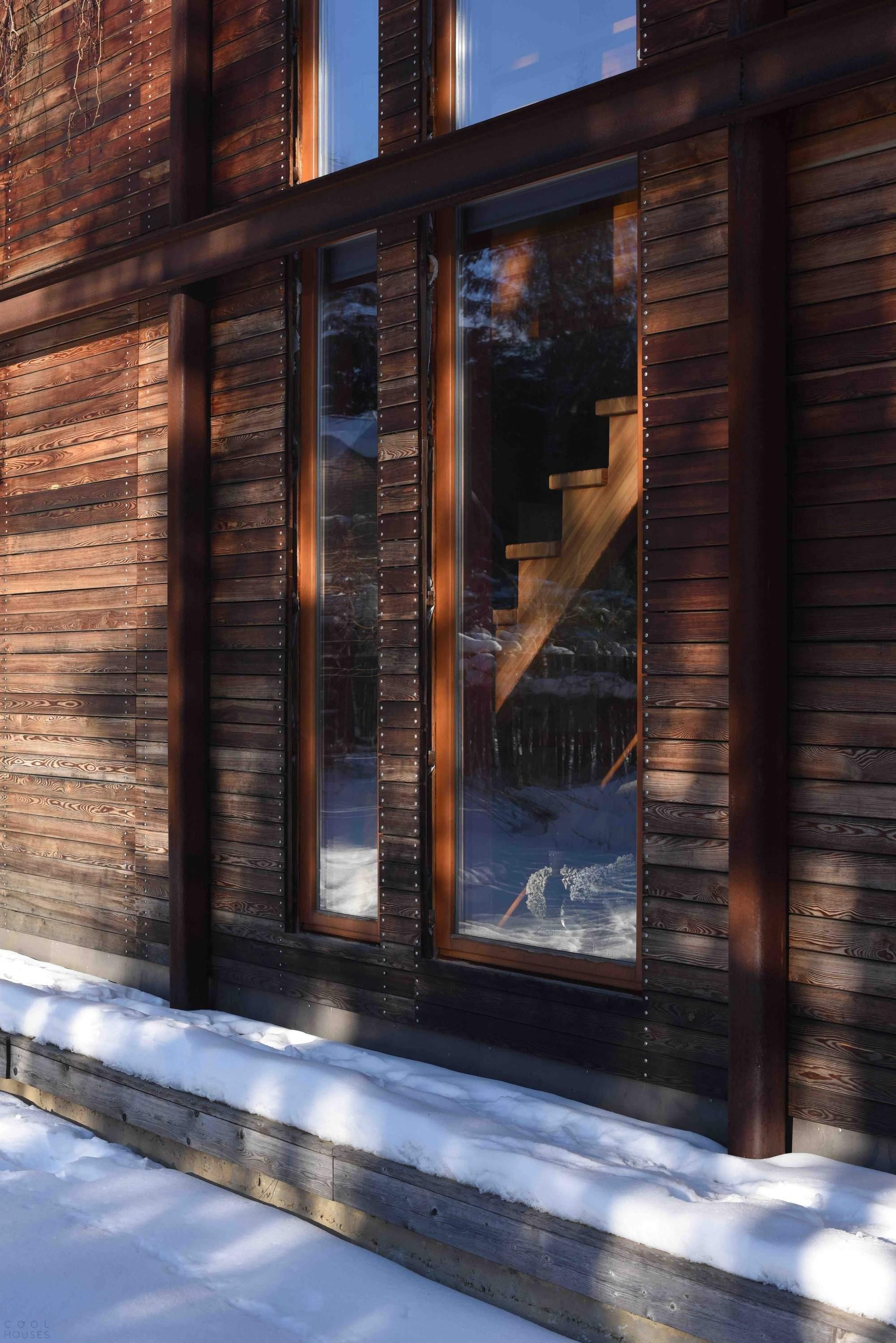 Жилой павильон из темного дерева в Подмосковье, Россия