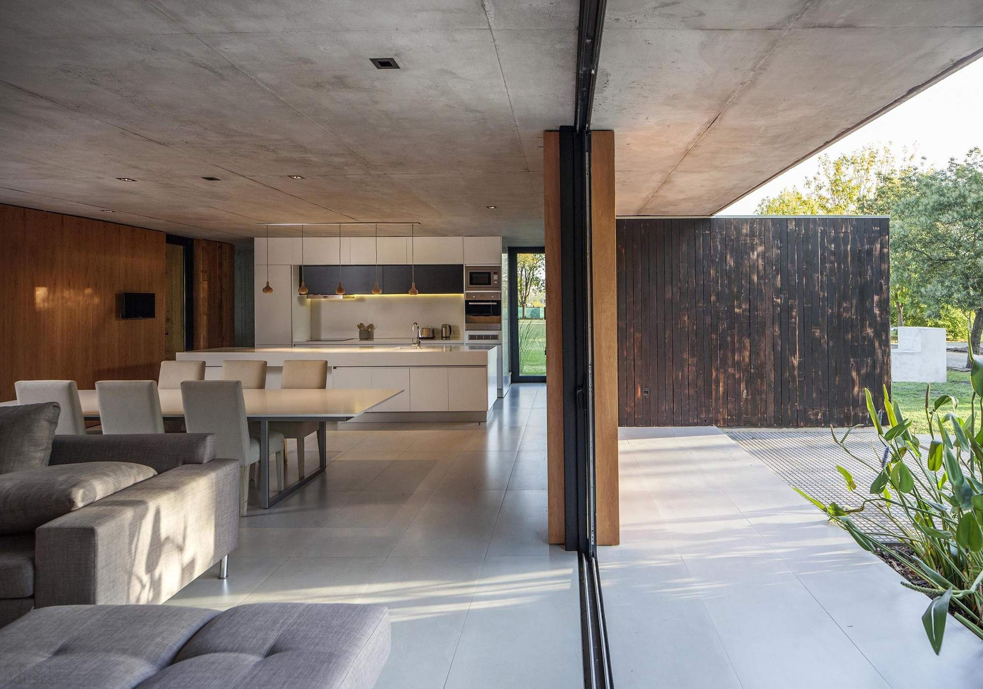 Бетонный дом среди ясеней, Аргентина