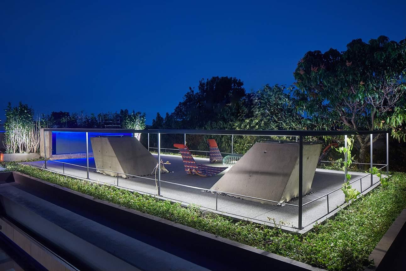 Эффектный дом-коробка с подвижными фасадами в Бразилии