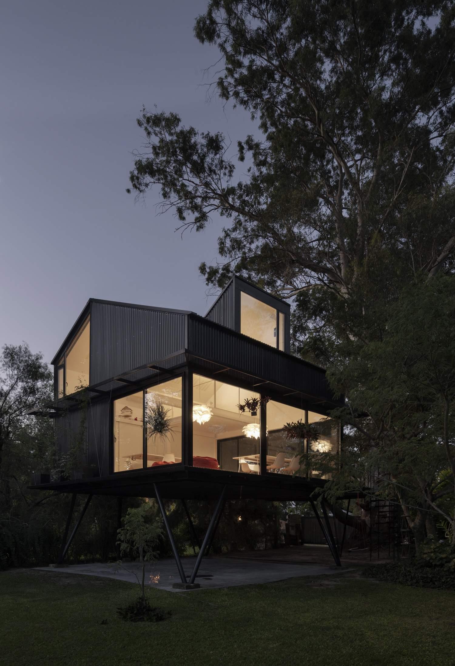 «Дом на дереве» из черного металла, Аргентина