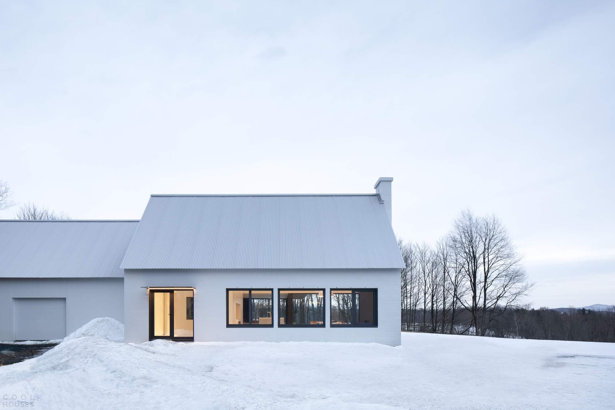Минималистическая резиденция с контрастной архитектурной композицией, Канада